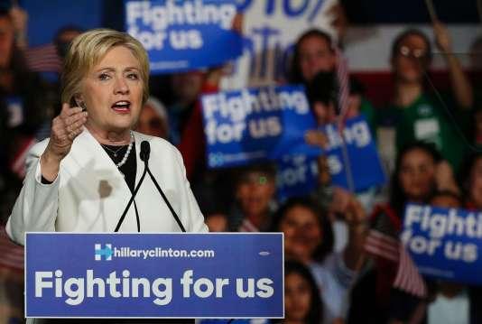 La candidate démocrate Hillary Clinton s'adresse à ses partisans lors d'un rassemblement au cours d'un événement de campagne lors du Super Tuesday à Miami, le 1er mars 2016.