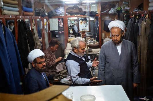 Le tailleur Abolfazl Arabpour (au centre) dans sa boutique, à Qom, le 11 février 2016.