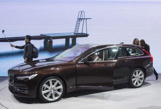 """Volvo (ici le modèle S90), était présent au salon de Genève mais, trouvant ce type d'événements inadaptés, le constructeur fera l'impasse sur Paris et Francfort et organisera son propre """"road show"""" cet automne en France."""