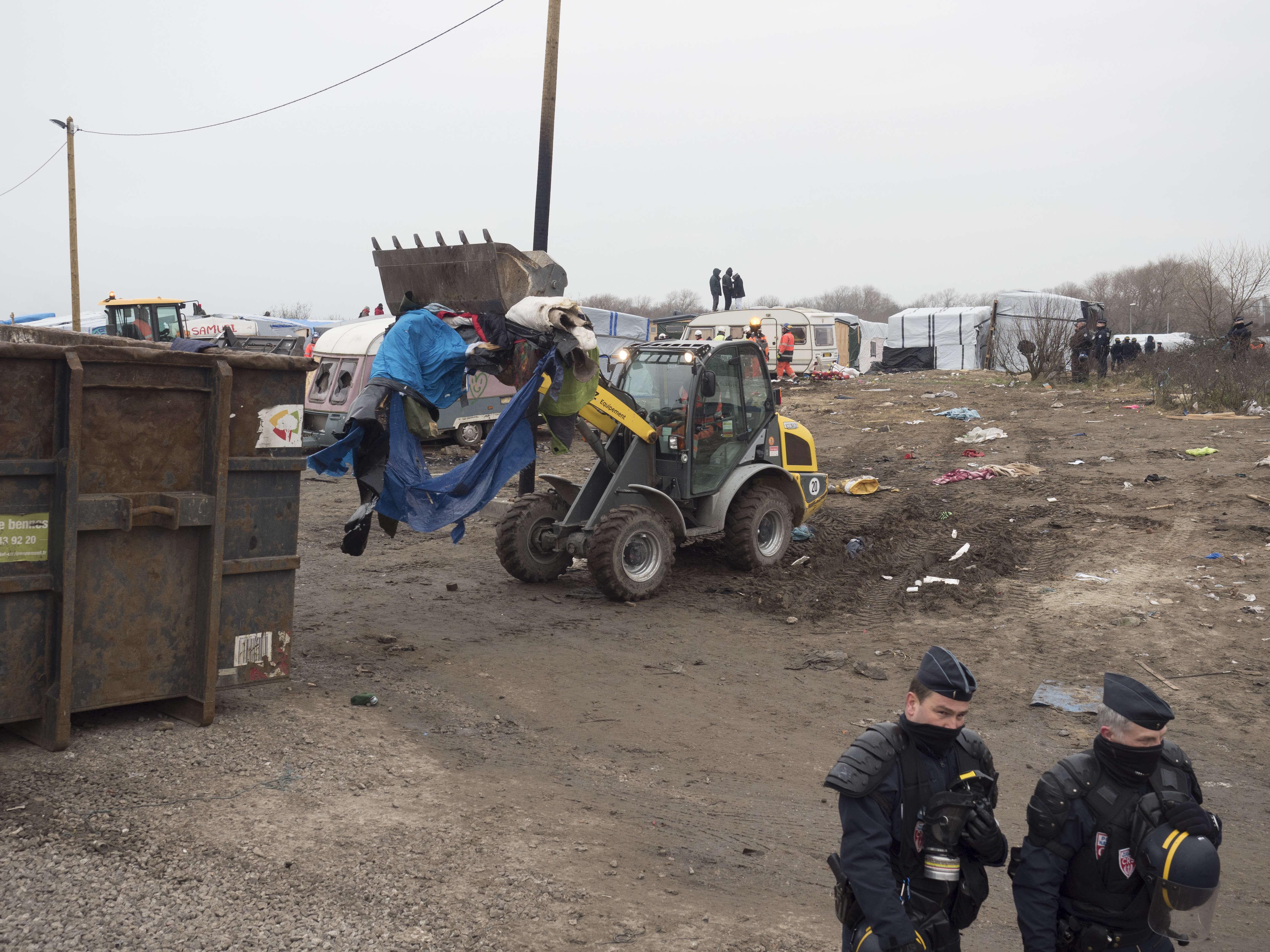 Par un froid glacial, les ouvriers, aidés de  pelleteuses, ont fait  table rase des cabanes et caravanes, progressant sous la protection des CRS.