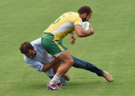 Le maire de Rio de Janeiro, Eduardo Paes, tente de plaquer un membre de l'équipe brésilienne de rugby à VII, le 2 mars, lors de l'inauguration du stade de Deodoro.