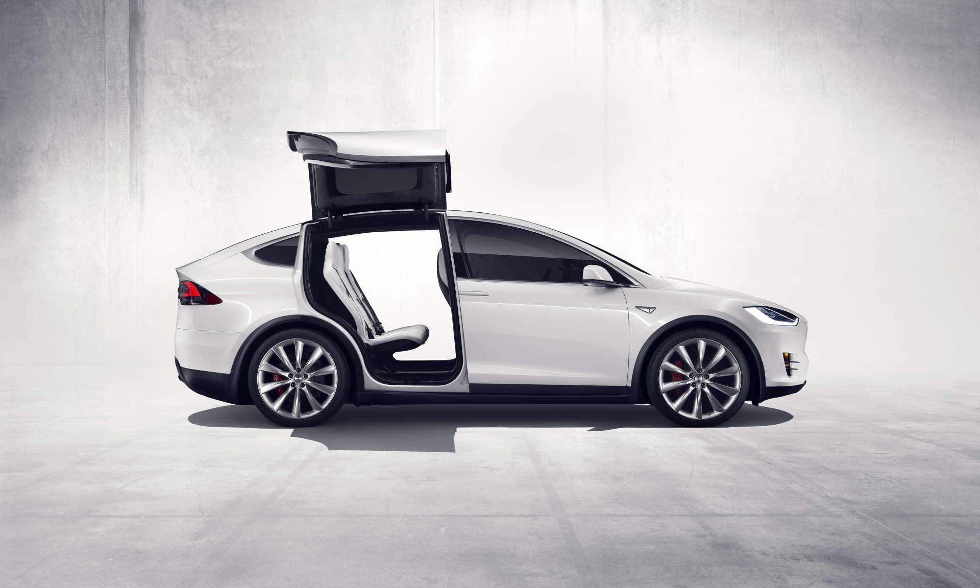 Les portes du Model X de Tesla se soulèvent verticalement avant de se déployer dans la largeur.