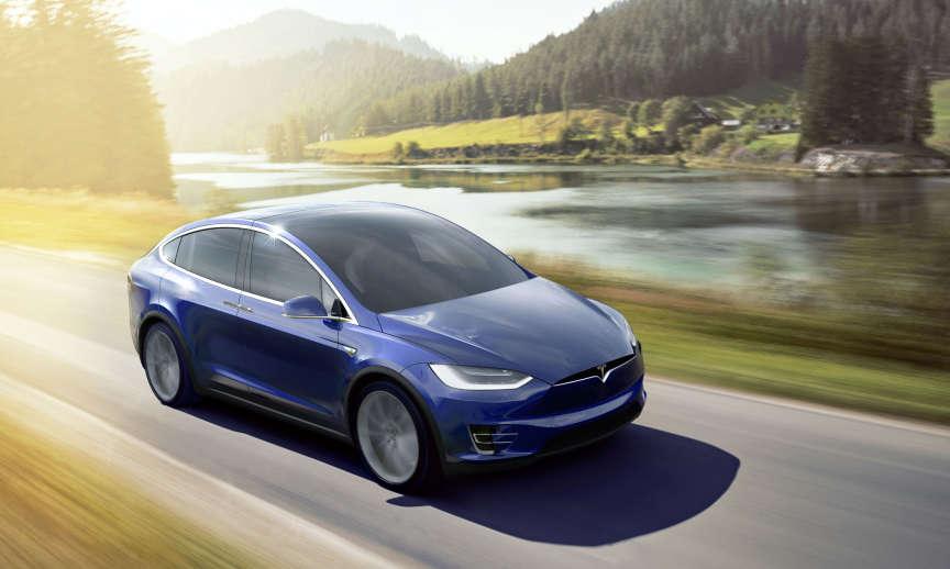 Sur certaines versions, Tesla promet un passage de 0 à 100 km/h en 3,4 secondes avec son nouveau Model X.