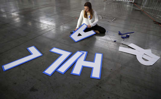 Une bénévole prépare un rassemblement en soutien à Hillary Clinton, à New York, le 2 mars.