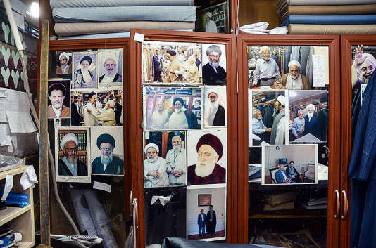 Les images des clients d'Arabpoor, tels que Khatami, Rohani, Khamenei… dans sa boutique de Qom le 11 février 2016.