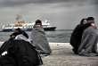 Le drame intervient à la veille du deuxième anniversaire du pacte conclu entre les pays de l'UE et la Turquie pour tarir le flux migratoire entre la Turquie et les îles grecques, qui étaient devenus en 2015 la première porte d'entrée en Europe des populations, notamment syriennes, fuyant guerres et misère.