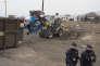 """Le démantèlement de la zone sud de la """" jungle """" de Calais a repris mardi sous surveillance policière."""