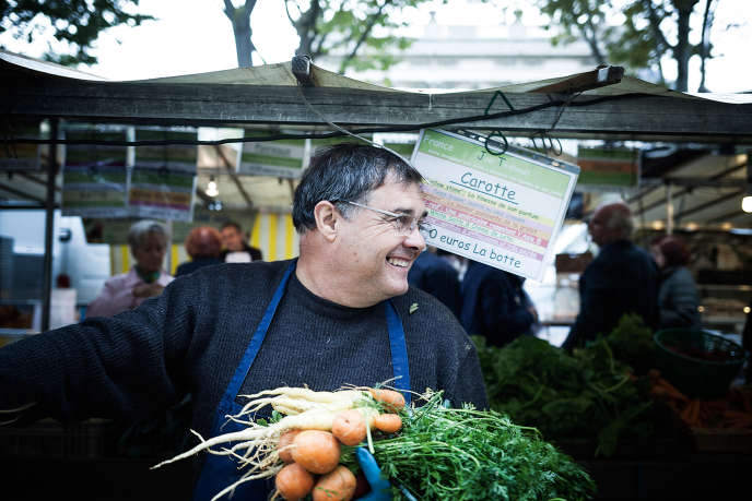 Joël Thiébault, producteur de légumes et commerçant du marché, sur son étal de l'avenue du Président Wilson, dans le 16e arrondissement de Paris.
