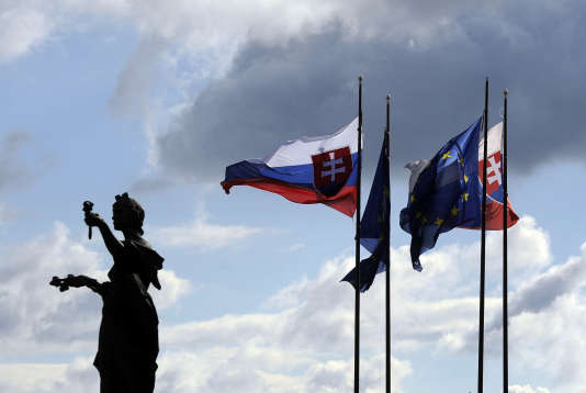 Les drapeaux slovaques et de l'Union européenne flottent à Bratislava. Le PIB slovaque s'est établi, sur un an, à +4,3% au quatrième trimestre 2015.