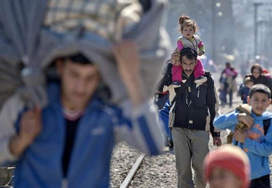 Des migrants bloqués à la frontière entre la Grèce et la Macédoine, jeudi 3 mars.