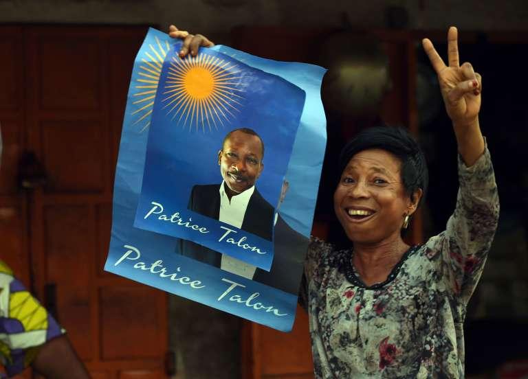 Une fan du milliardaire Patrice Talon à Cotonou, le 3 mars 2016.