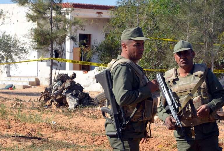 Des militaires tunisiens à proximité d'une maison dans laquelle s'étaient retranchés des djihadistes, en mars 2016, à proximité de Ben Gardane.