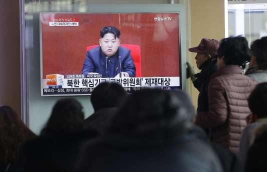 Des habitants de Séoul en Corée du Sud regardent Kim Jong-un aux informations télévisées dans une gare, le 3 mars 2016.