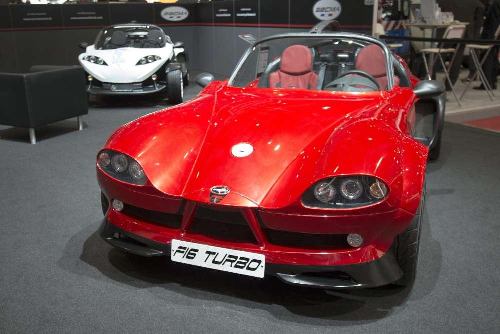 Et la Secma F16 Turbo, dont la ligne semble inspirée de la batmobile, version années 1960, ou de la Citroën Ami 6.