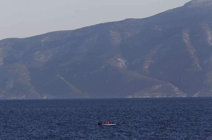 Une embarcation de migrants, sur la mer Egée, près de l'île grecque d'Agathonisi.