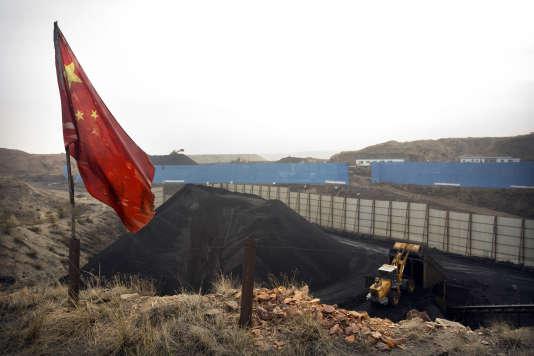 Drapeau rouge dominant une mine de charbon, près d'Ordos dans la région de Mongolie-Intérieure, dans le nord de la Chine, le4novembre2015.