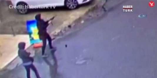 Capture d'écran de la vidéo diffusée par la chaîne Habertürk TV montrant les assaillantes, le 3 mars 2016 à Istanbul.