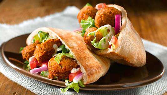 Le falafel traditionnel ne tolère plus que des produits ultra-frais au Daily Siryen II, à Paris 10e.
