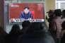 Des habitants de Séoul en Corée du Sud regardent Kim Jong-un aux informations télévisées dans une gare le 3 mars 2016.