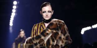 Vestiaire androgyne pailleté de luxe pour la collection automne-hiver 2016-2017 Dries Van Noten.