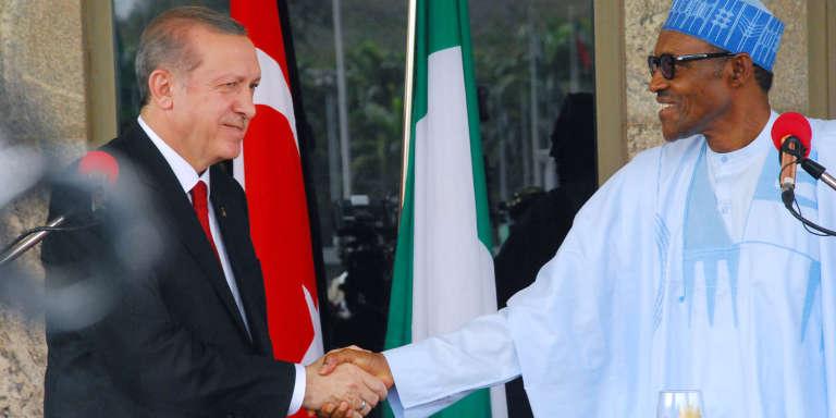 Le président du Nigeria Mohammadu Buhari (à droite) et le président turc Recep Tayyip Erdogan à Abuja, le 2 mars.