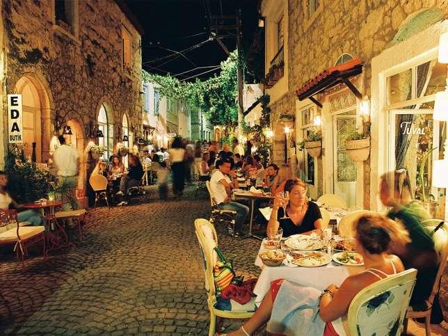 Les ruelles d'Alaçati regorgent de petits restaurants.