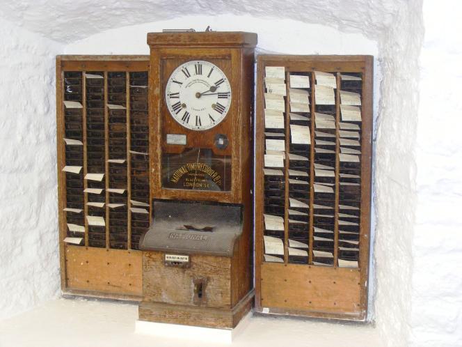 Une horloge pointeuse conservée au Wookey Hole Caves museum de Londres.