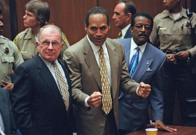 L'ex-athlète a été inculpé pour double meurtre après l'assassinat de sa femme, Nicole Brown, et de son ami restaurateur Ronald Goldman, retrouvés poignardés le 13 juin 1994 devant la propriété du couple.