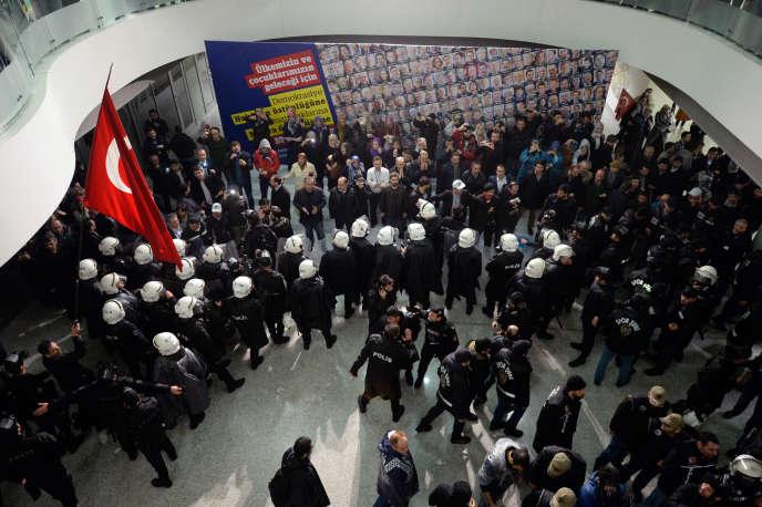 La police turque a investi vendredi soir les locaux du journal Zaman, hostile au président Recep Tayyip Erdogan, utilisant gaz lacrymogène et canon à eau pour disperser la foule venue manifester contre le placement sous tutelle judiciaire du quotidien.