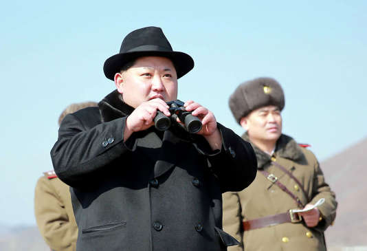 Kim Jong-un (sur une image diffusée par l'agence officielle nord-coréenne KNS) a de nouveau défié la communauté internationale, vendredi 4mars, en réaction à la résolution du Conseil de sécurité de l'ONU qui alourdit nettement les sanctions internationales contre Pyongyang.