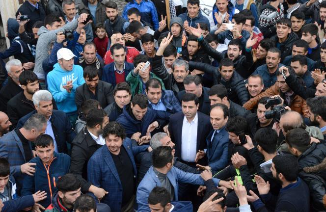 Le leader du parti démocrate des peuples (HDP, gauche pro-kurde), Selahattin Demirtas, quitte la prière du vendredi à Diyarbakir dans le Sud-Est de la Turquie le 4 mars 2016.