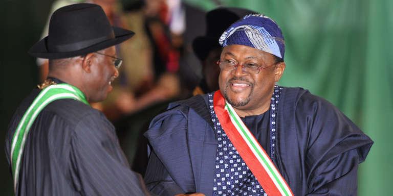 L'ancien président du Nigeria, Goodluck Jonathan, décore le milliardaire Mike Adenuga, à Abuja, le 17 septembre 2012.