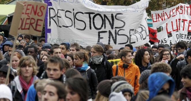 Des étudiants manifestent conte la réforme des retraites en octobre 2010, à Paris.