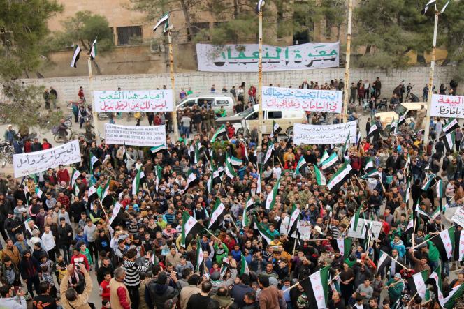 Des Syriens manifestent contre le régime de Bachar Al-Assad à Maaret Al-Nouman, dans la province d'Idlib, le vendredi 4 mars 2016.