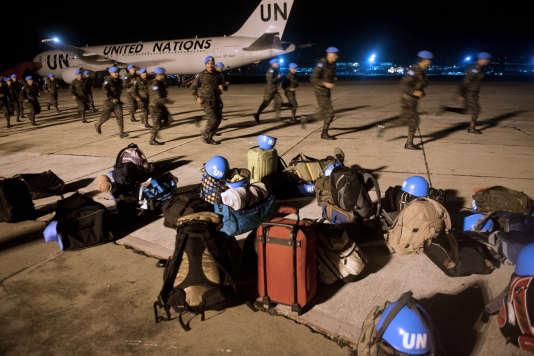 Des Casques bleus en partance pour la République Démocratique du Congo, sur un aéroport militaire à Guatemala City en août 2013.
