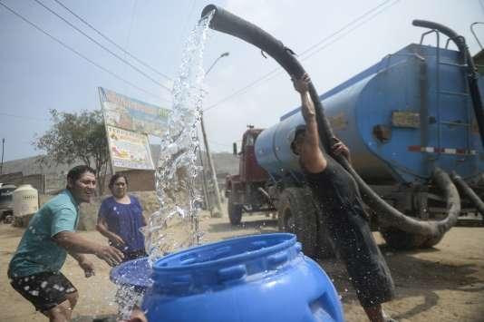 Un camion-citerne d'eau potable, dans la banlieue de Lima, le 3 mars 2016. A cause de la pollution du fleuve Rimac, seul un tiers de la population de la capitale péruvienne reçoit de l'eau chaque jour.