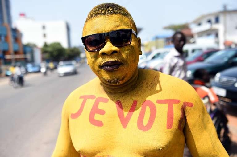 Un supporter du candidat présidentiel Pascal Irénée Koupaki a peint son corps en jaune. Cotonou, 4 mars 2016