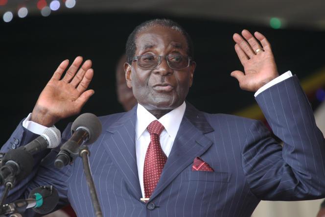 Le président du Zimbabwe Robert Mugabe, ici en février 2016 à la célébration de son 92e anniversaire. « Vous voulez que je vous cogne pour que vous compreniez que je suis toujours là?» avait-il alors déclaré.