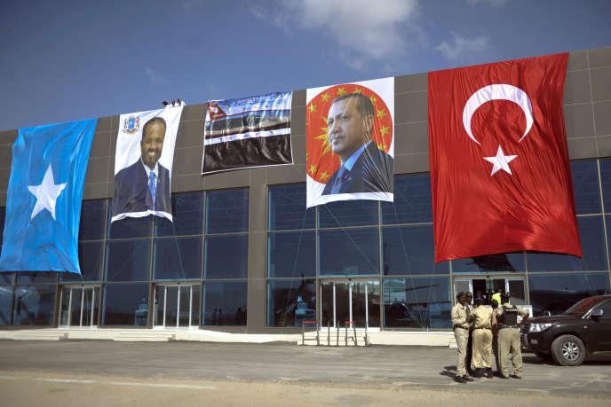 L'image du président somalien, Hassan Cheikh Mohamoud, côtoie celle de son homologue turc, Recep Tayyip Erdogan, sur la façade du nouvel aéroport de Mogadiscio le 25 janvier 2015.