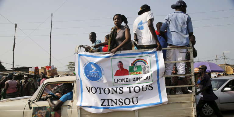Des supporters du premier ministre Lionel Zinsou, à Cotonou, le 3 mars.