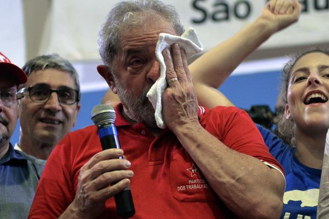 L'ancien président brésilien Luiz Inacio Lula da Silva lors de la réunion organisée au siège du Parti des travailleurs (PT), à Sao Paulo, vendredi 4 mars 2016, après avoir été entendu dans le cadre d'un enquête pour corruption.