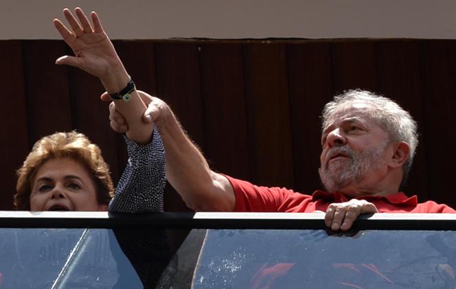 Luiz Inacio Lula da Silva et Dilma Rousseff  saluent la foule à Sao Bernardo do Campo, près de Sao Paulo,  le 5 mars.
