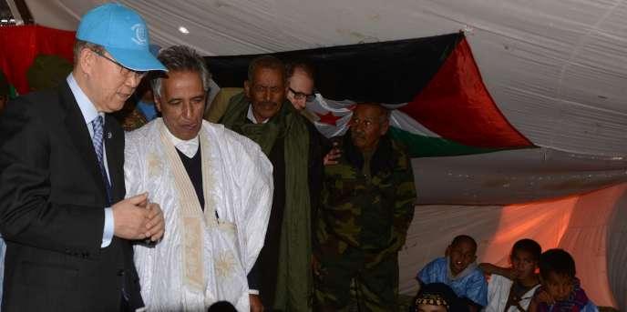 Ban Ki-moon, alors secrétaire général des Nations unies, à Bir Lahlou, dans le nord-est duSahara occidental, dans la zone contrôlée par leFront Polisario, en mars 2016.