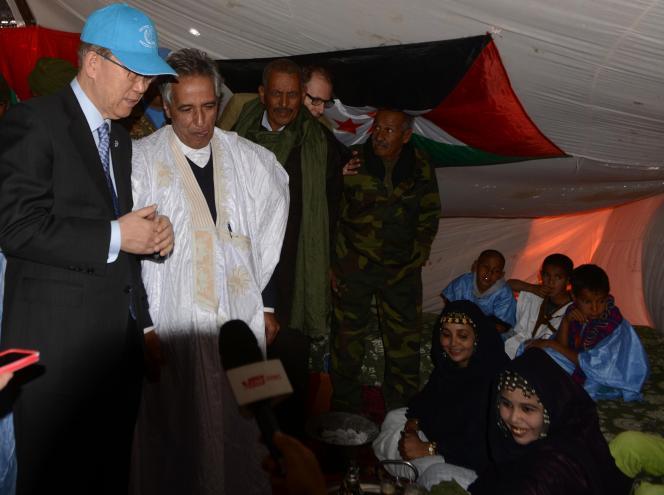 Le secrétaire général des Nations unies, Ban Ki-moon rencontre Ahmed Boukhari, représentant du Front Polisario auprès de l'organisation internationale, le 5 mars 2016, à  Bir-Lahlou dans le territoire disputé du Sahara occidental.