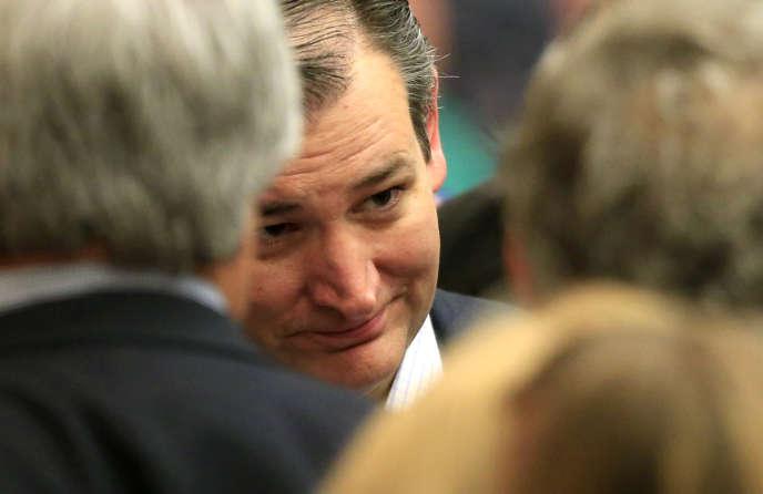 Le sénateur républicain Ted Cruz à l'écoute de ses partisans  à Wichita, lors du caucus du Kansas,  qu'il a remporté samedi 5 mars.