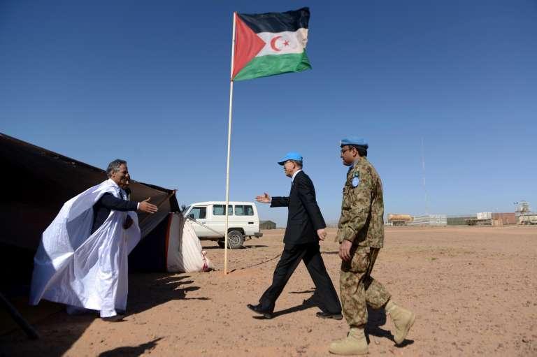 Le secrétaire général des Nations unies Ban Ki-moon rencontre Ahmed Boukhari ( à gauche) le représentant de Front Polisario, le 5 mars 2016 à  Bir-Lahlou, à 200 km au sud de Tindouf (Algérie).