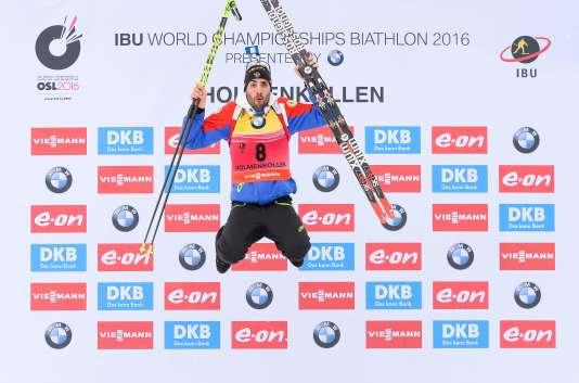 Martin Fourcade célèbre son titre mondial du sprint, le 5 mars 2016 à Oslo Holmenkollen, en Norvège.