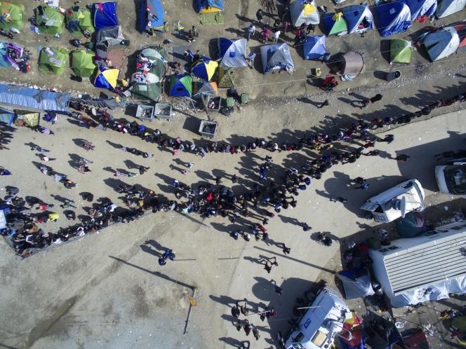 Vue du ciel de la frontière gréco-macédonienne, où s'entassent environ 13 000 demandeurs d'asile.