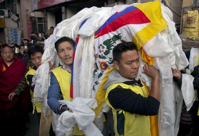 Des militants du Congrès des jeunes Tibétains portent le cercueil de Dorjee Tsering le jour de ses funérailles, à Dharamsala, le 5 mars.