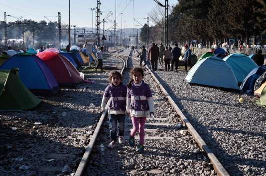 Des migrants à Idomeni, à la frontière entrela Grèce etla Macédoine, samedi5mars.